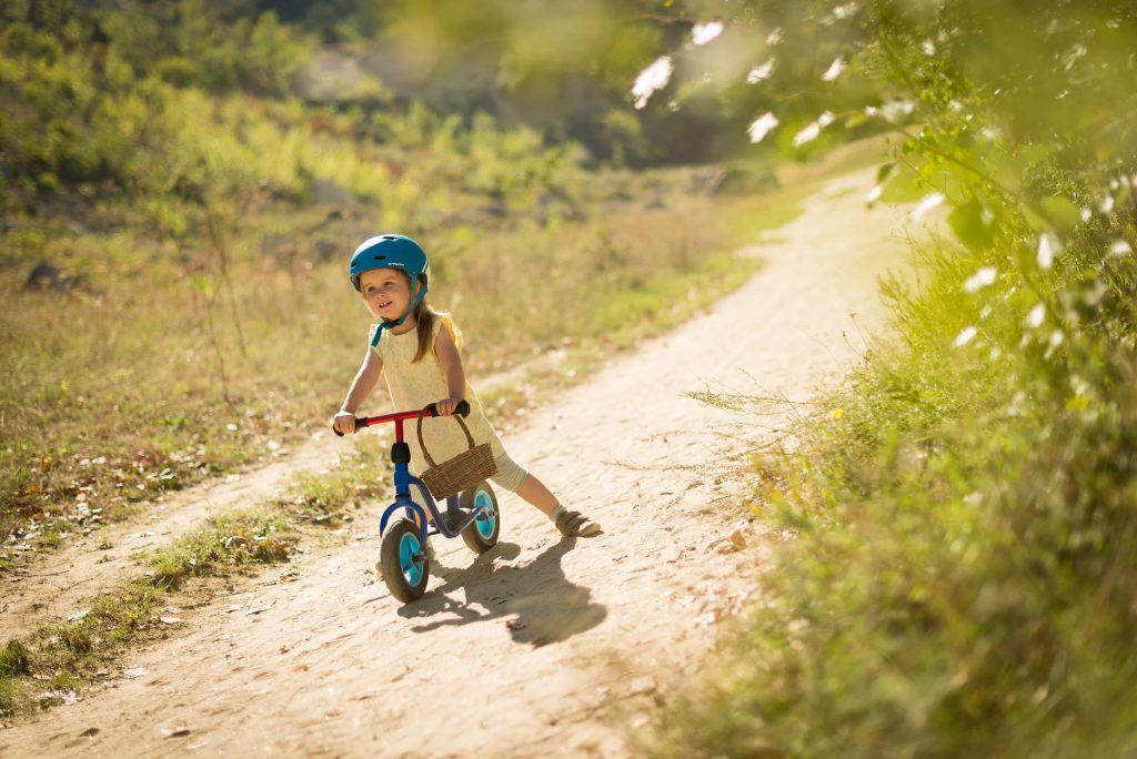 Criança a andar de bicicleta